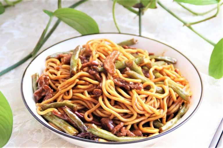Fried Noodles with Green Beans and Pork