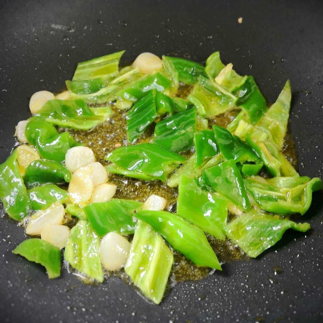 Pour an appropriate amount of oil into the pot, add garlic, pepper, and stir-fry for a while.