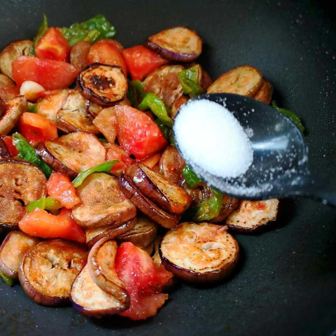 Stir-fry until the eggplant is soft, add a little salt, 1 spoon of soy sauce, and a little chicken essence.