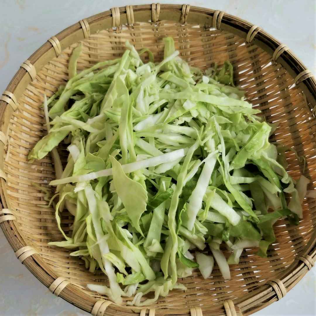 Cut the cabbage into shreds.