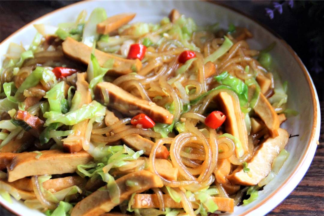 Cabbage and smoked bean curd stir-fry with sweet potato vermicelli recipe
