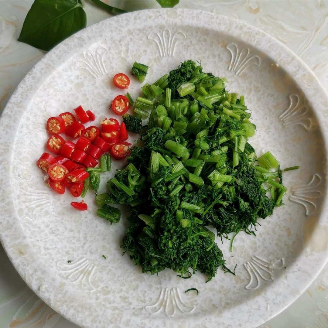 Cut the hot peppers and fennel fronds into small pieces