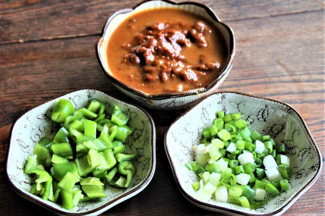 Chop green onion and green peppers. Soybean paste is generally dry, add a little water to dilute.