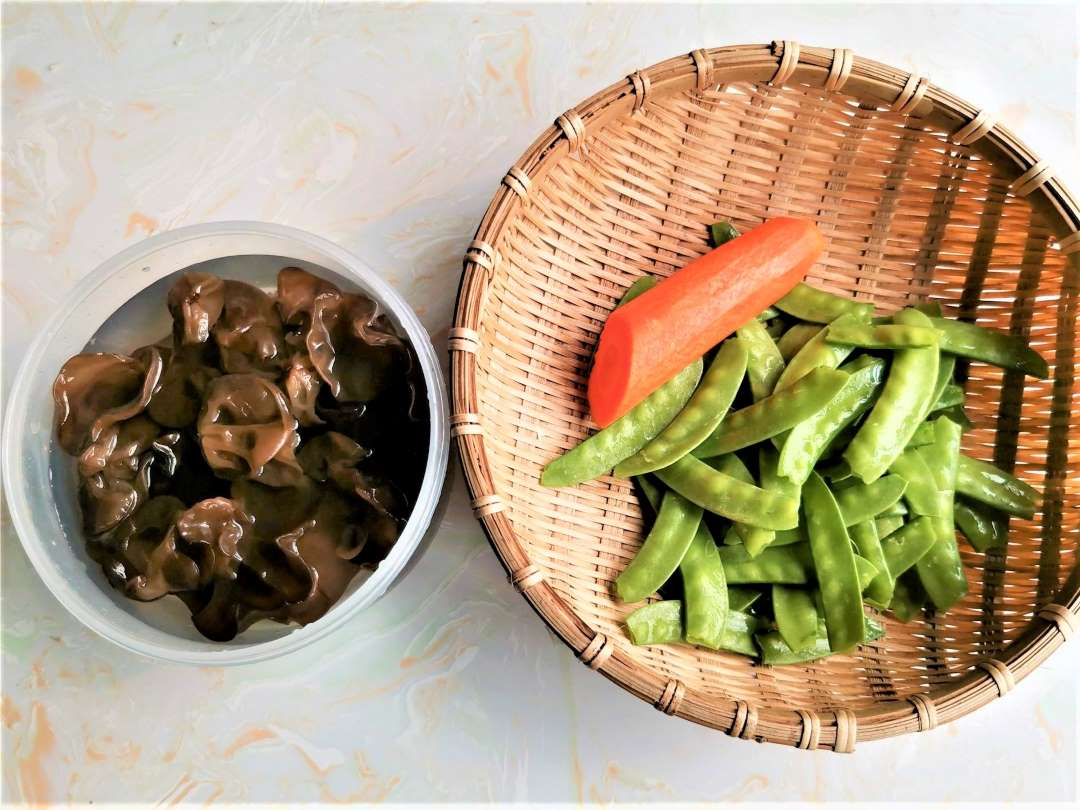 Pea Pods With Black Fungus And Carrots
