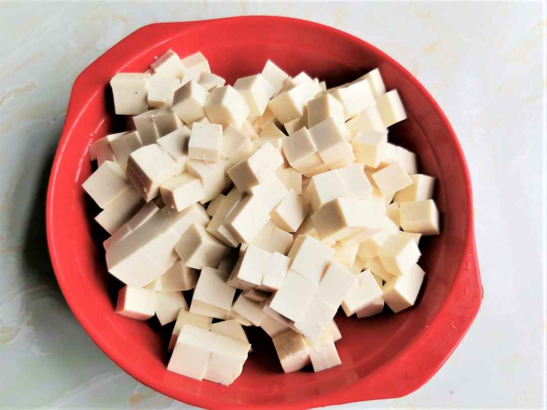 Cut the tofu into small cubes