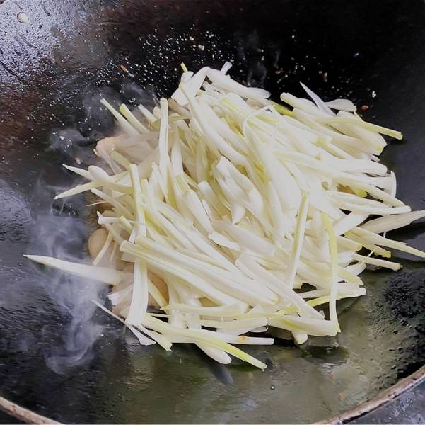 Pour Chinese onion in the pot.