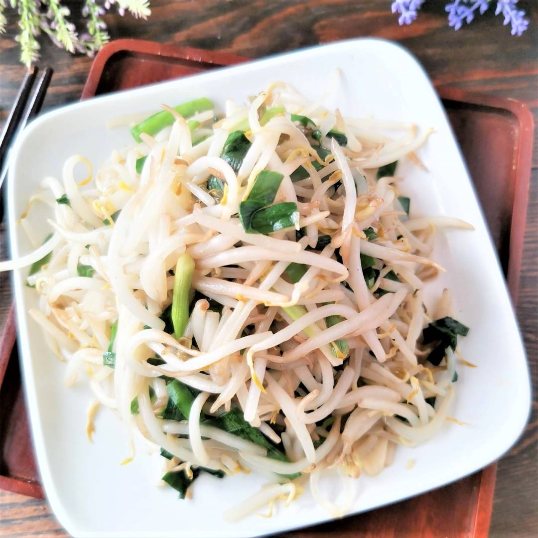 Stir-fried bean sprouts and Chinese leek healthy vegetarian food 07