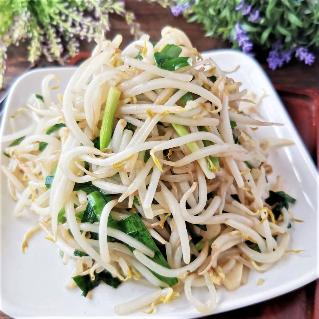 Stir-fried bean sprouts and Chinese leek healthy vegetarian food