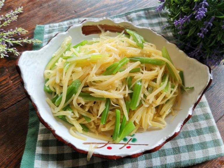Stir-Fried Shredded Potatoes with Celery