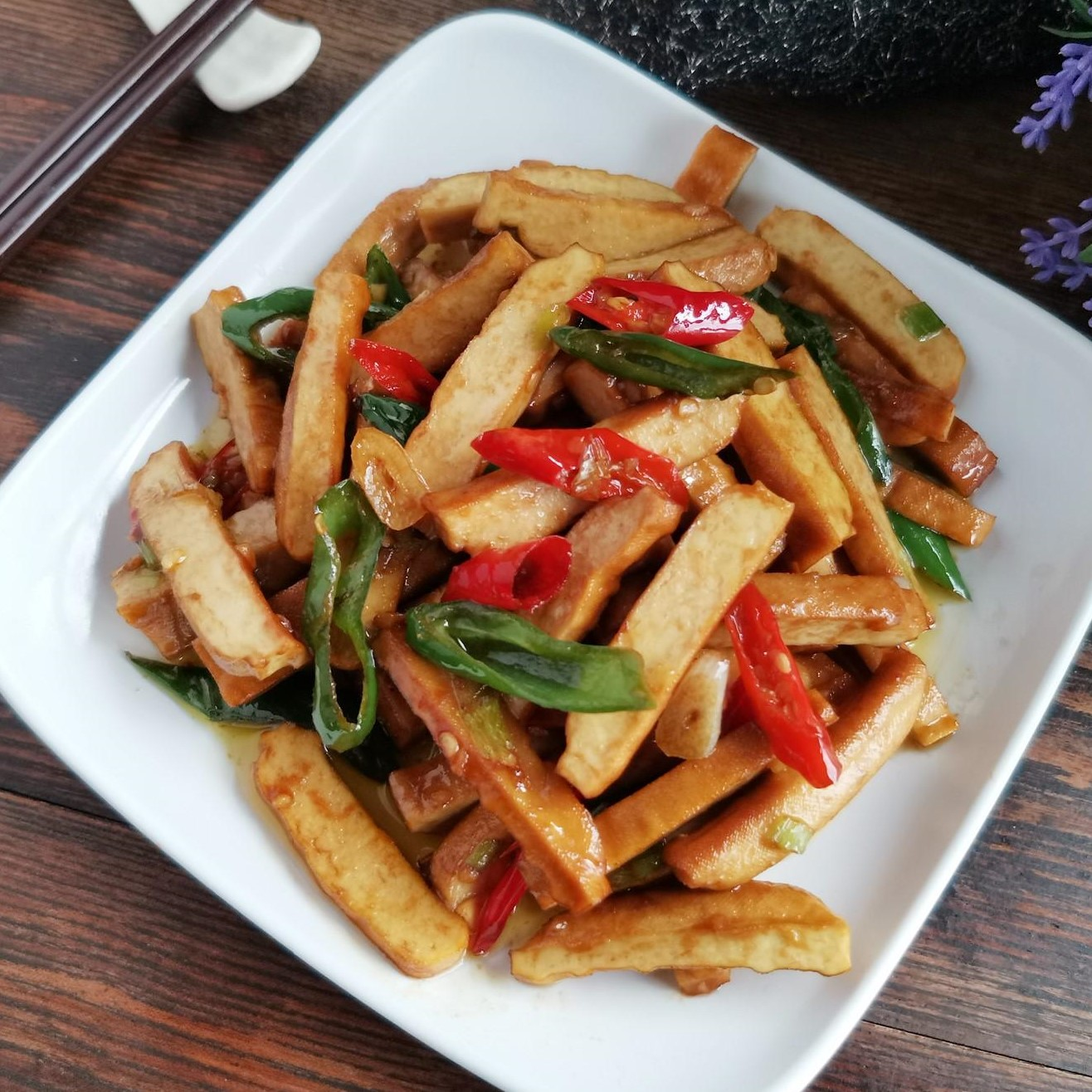 Stir-fried smoked bean curd with hot pepper recipe