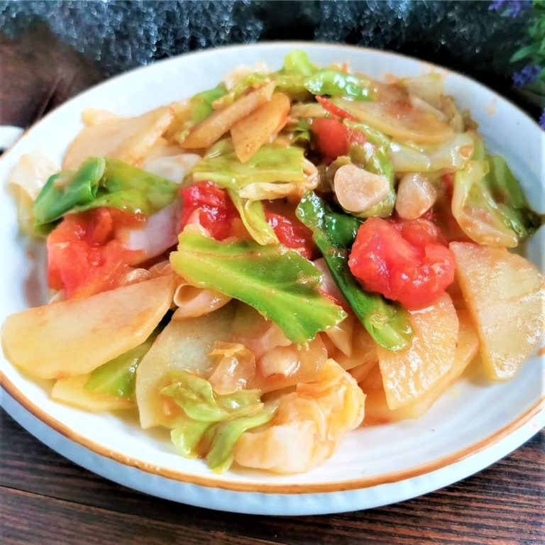 Tomatoes and potatoes Stir-Fry with cabbage | light vegetarian food