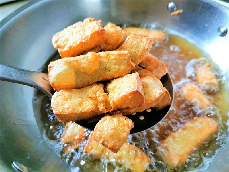 Cut the tofu into rectangular pieces and pour it into the pan to deep-fry until the surface color is golden