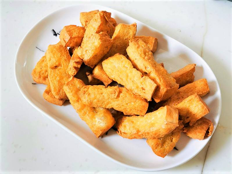 Deep-fried tofu can be eaten directly, but it is too greasy