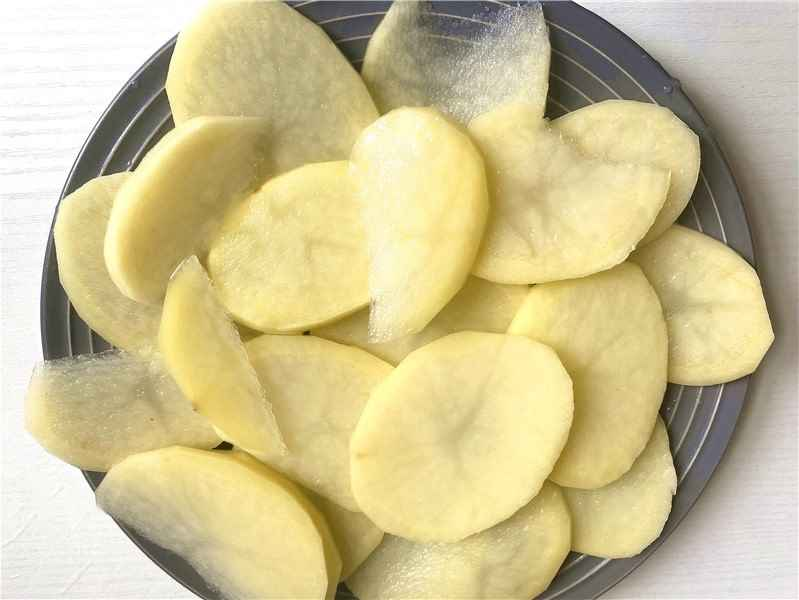 Wash and peel the potatoes and cut into thin slices