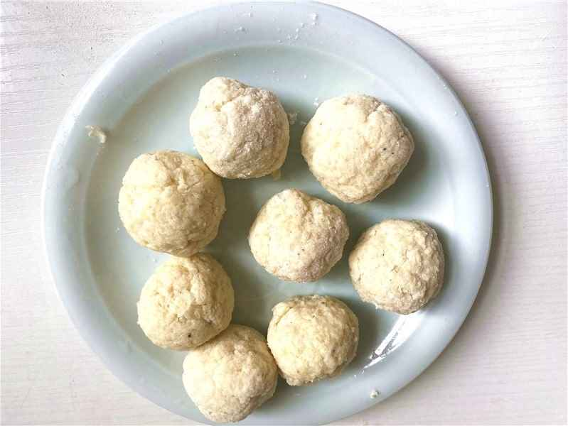 knead the mashed potatoes into balls