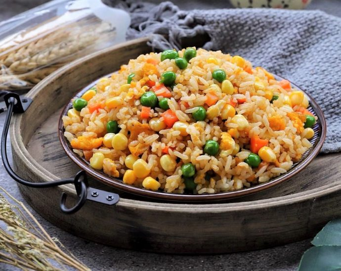 Fried rice with mayonnaise and peas